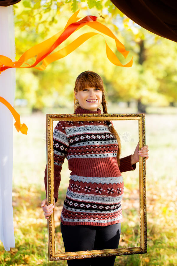 Schöne junge schwangere Frau in Herbst Park stockbilder