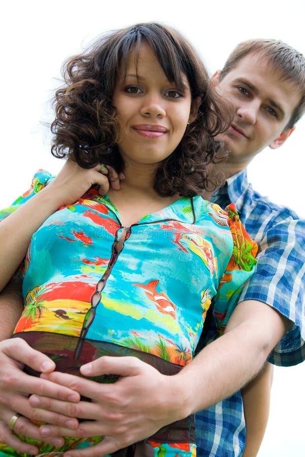 Schöne junge schwangere Frau mit Ehemann lizenzfreies stockbild