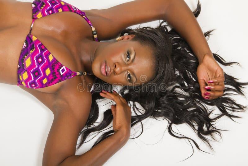 Schöne junge schwarze Frau lizenzfreie stockfotos