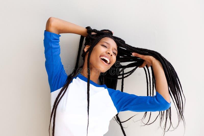 Schöne junge schwarze Frau mit dem langen umsponnenen Haar lizenzfreies stockbild