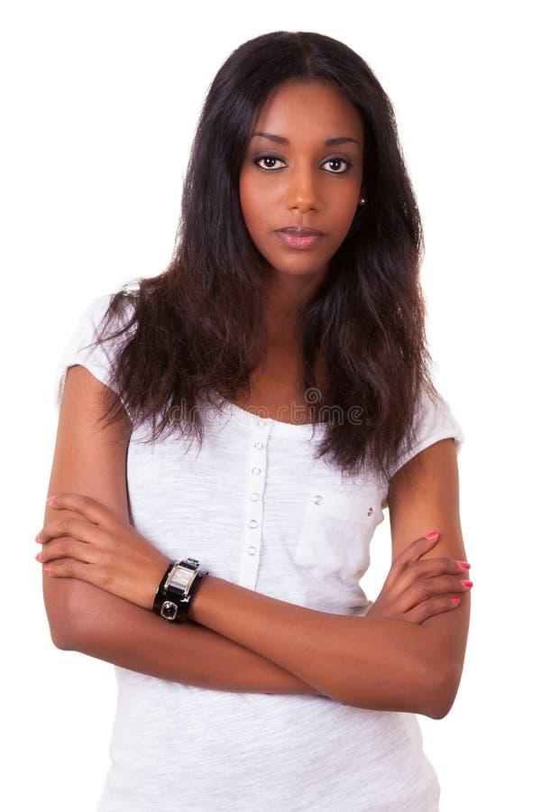 Schöne junge schwarze Frau mit den gefalteten Armen stockbild