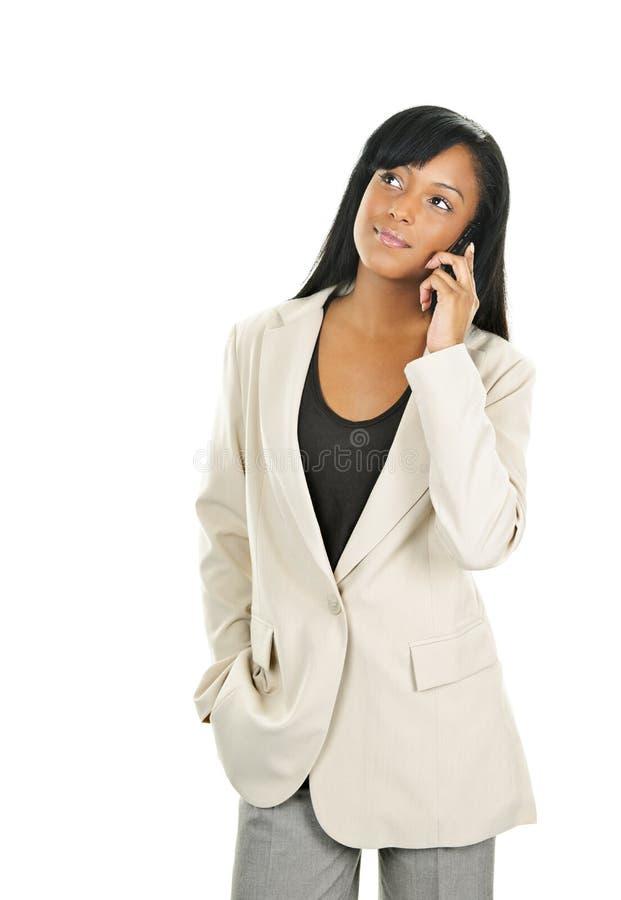 Schöne junge schwarze Geschäftsfrau am Telefon stockfotos