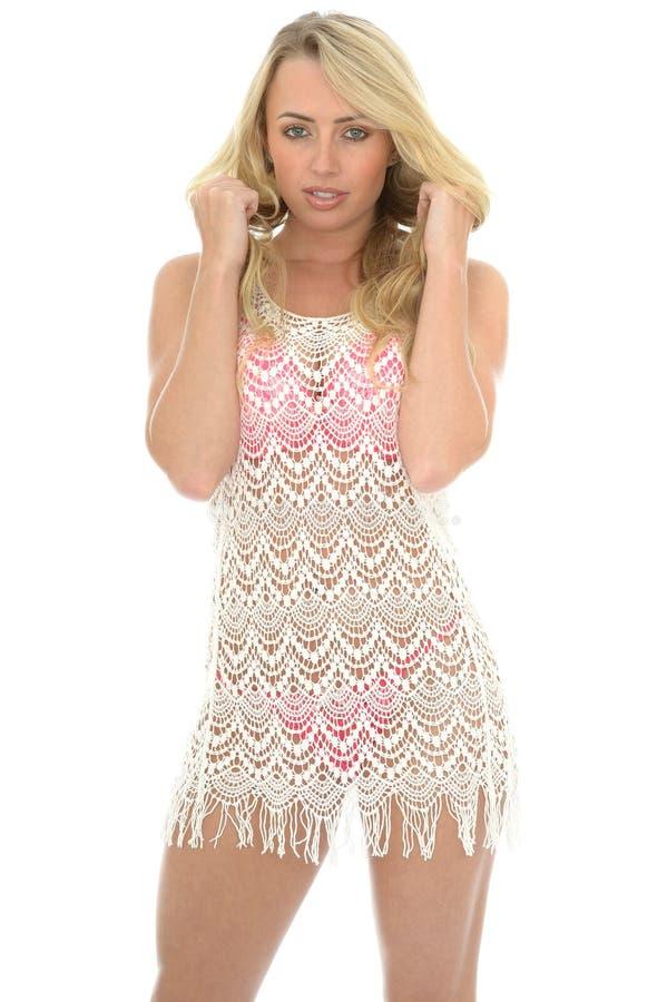 Schöne junge sexy Frau, die Lacy See Through Mini Dress trägt stockbilder