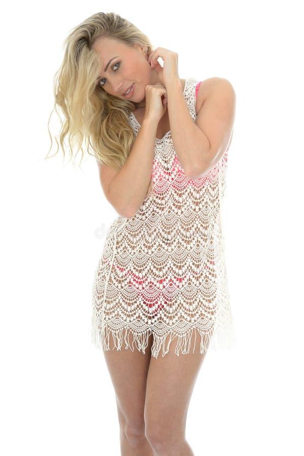 Schöne junge sexy Frau, die Lacy See Through Mini Dress trägt lizenzfreie stockfotos