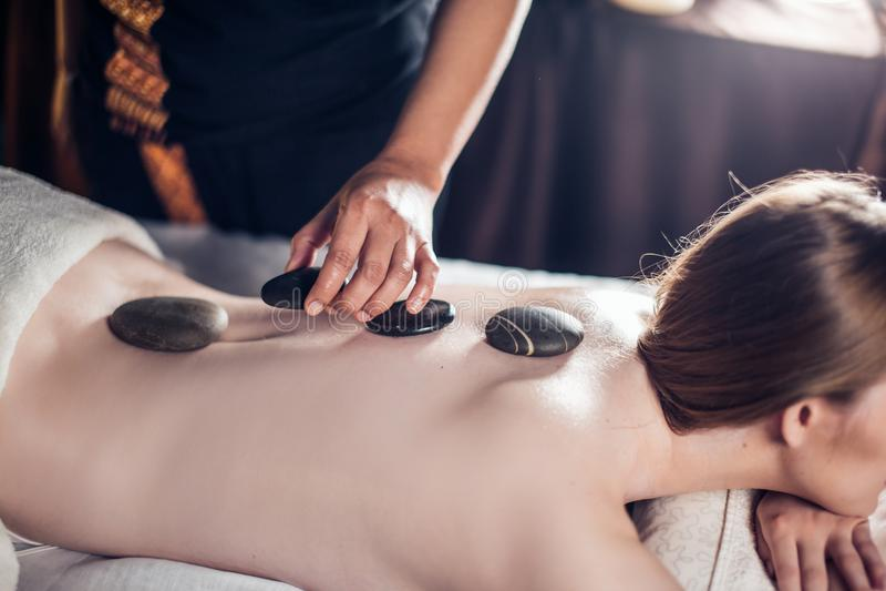 Schöne, junge und gesunde Frau hat Warmsteinmassage Badekurort - 7 stockfoto