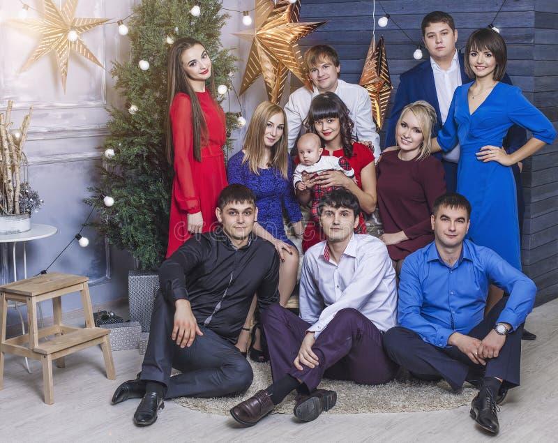 Schöne junge und glückliche Gruppe von Personenen-Freunde zusammen zu feiern stockbild