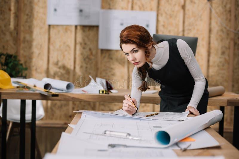 schöne junge weibliche Architektenentdeckung stockfotografie