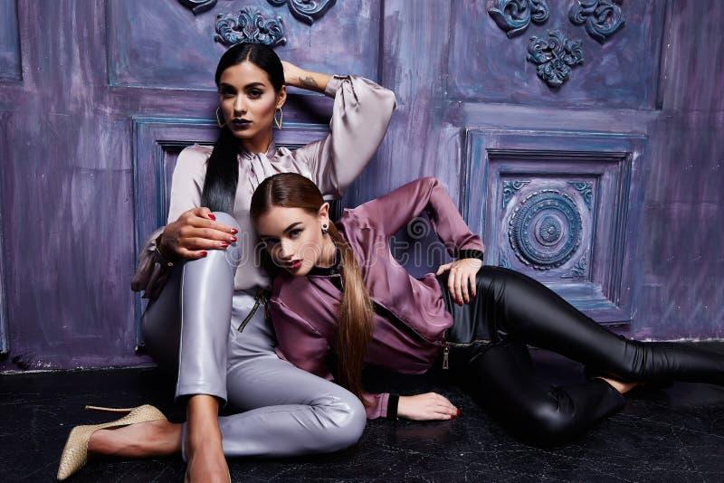 Schöne junge zwei Geschäftsfrau-Haarabend-Make-upabnutzung lizenzfreie stockfotografie