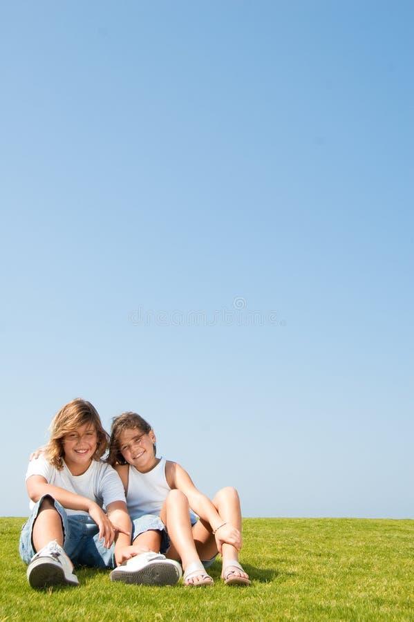 Schöne Junge zwei Kinder lizenzfreies stockbild