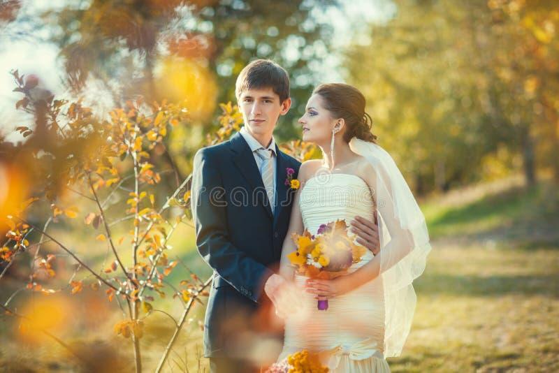 Schöne Jungvermähltenpaare stockbilder