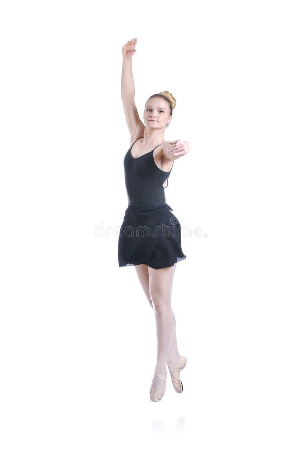 Schöne künstlerische weibliche Ballerina, die, Ballettelement durchführend ausarbeitet lizenzfreie stockbilder