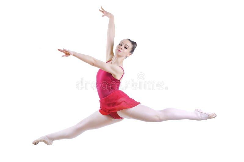 Schöne künstlerische weibliche Ballerina, die, Ballettelement durchführend ausarbeitet lizenzfreie stockfotos