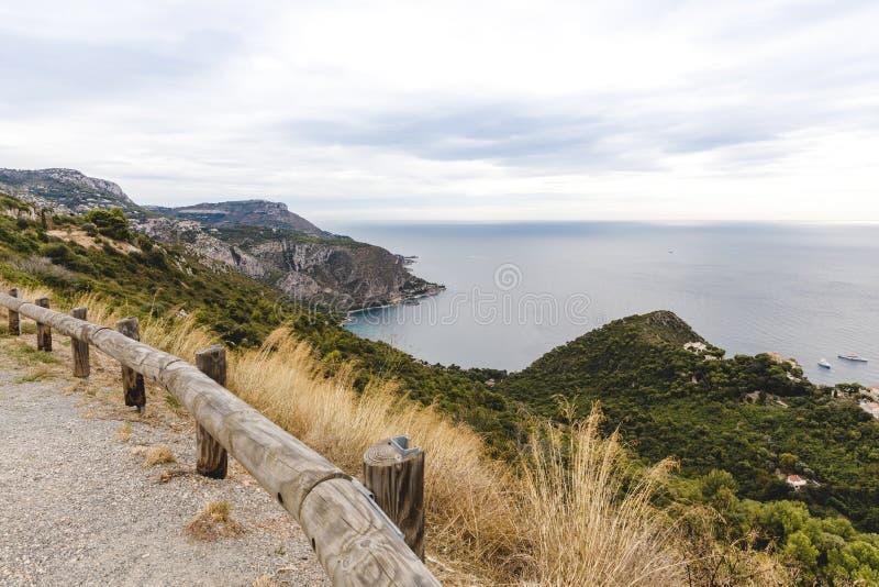 schöne Küste vom Standpunkt auf Gebirgspfad, Fort de la Revere, Frankreich lizenzfreie stockfotos