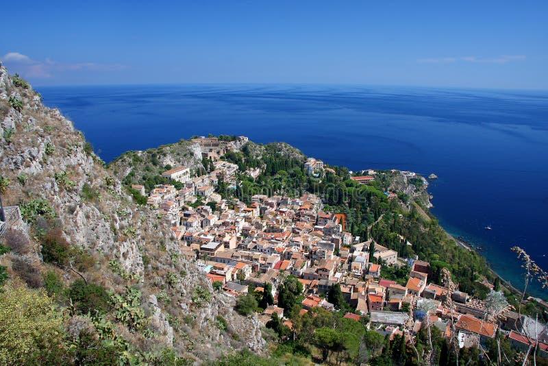 Schöne Küste von Sizilien mit Stadt Taormina lizenzfreie stockfotos