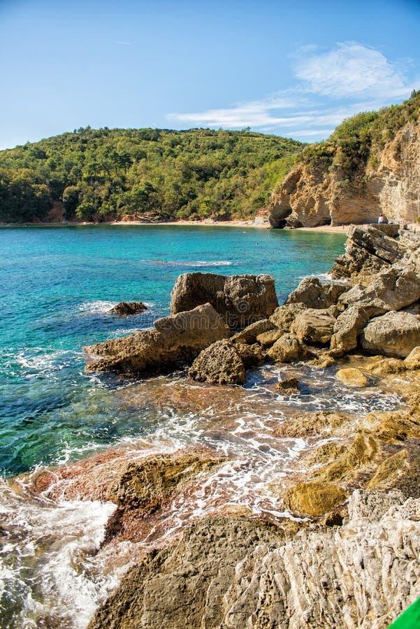 Schöne Küstenansicht, adriatisches Meer, Montenegro lizenzfreie stockfotografie