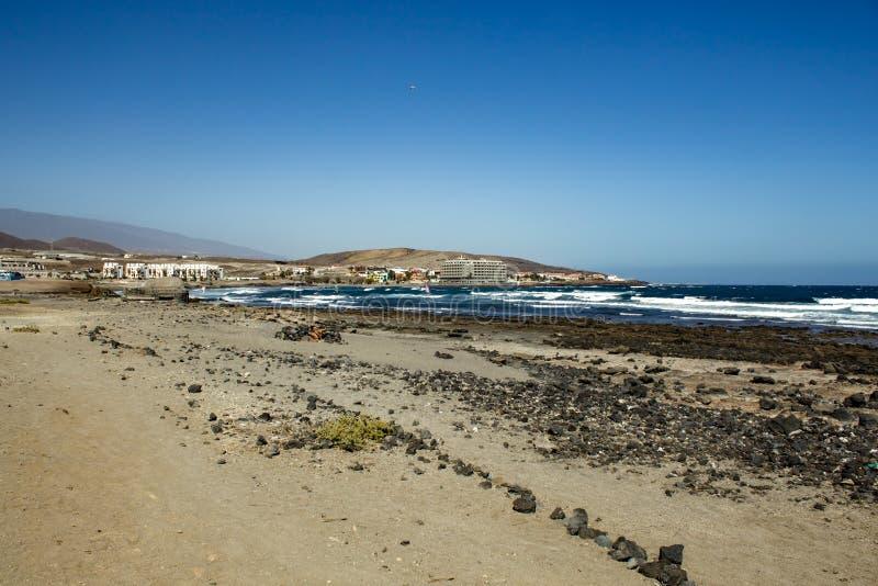 Schöne Küstenansicht von EL Salado - gesalzener Strand Glänzender klarer blauer Himmel über Horizontlinie, Wellenkräuselungen auf stockfotografie