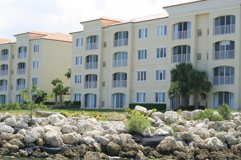 Schöne Küsteneigentumswohnungen stockbild
