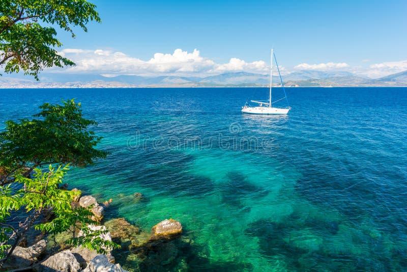 Schöne Küstenlinie auf griechischer Insel Korfu, Griechenland stockbilder