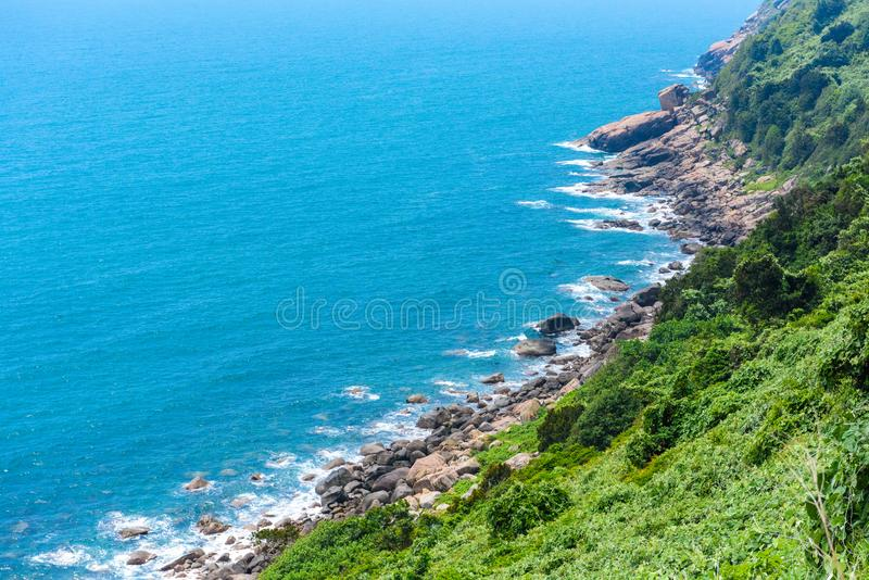 Schöne Küstenlinie im Sommer stockfoto