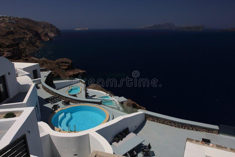 Schöne Küstenlinie und das Hotel auf Santorini stockfoto