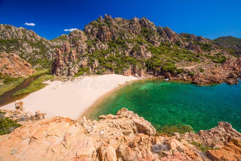 Schöne Küstenlinienansicht zu Spaggia-Di Li Cossi und zum azurblauen klaren Wasser, Costa Paradiso, Sardinien, Italien, Europa stockbild