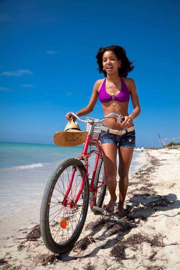 Schöne karibische Frau mit Fahrrad stockfotos