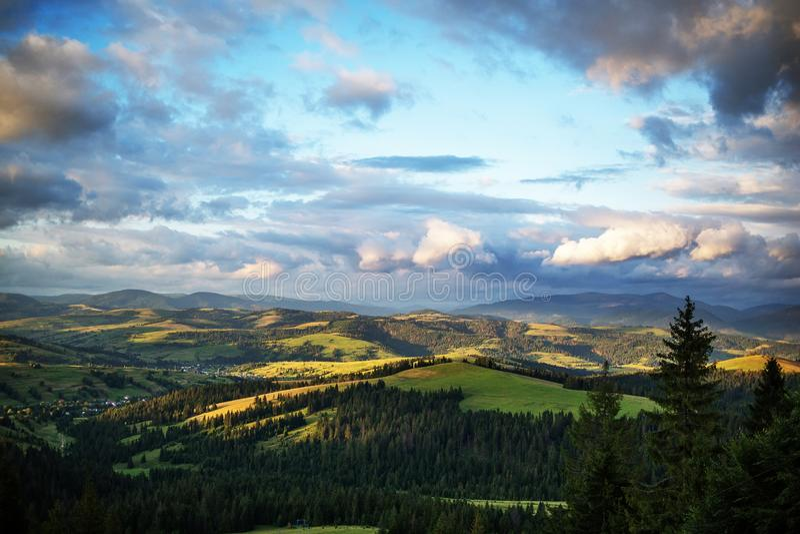 Schöne Karpatenberge am Sommertag stockbilder