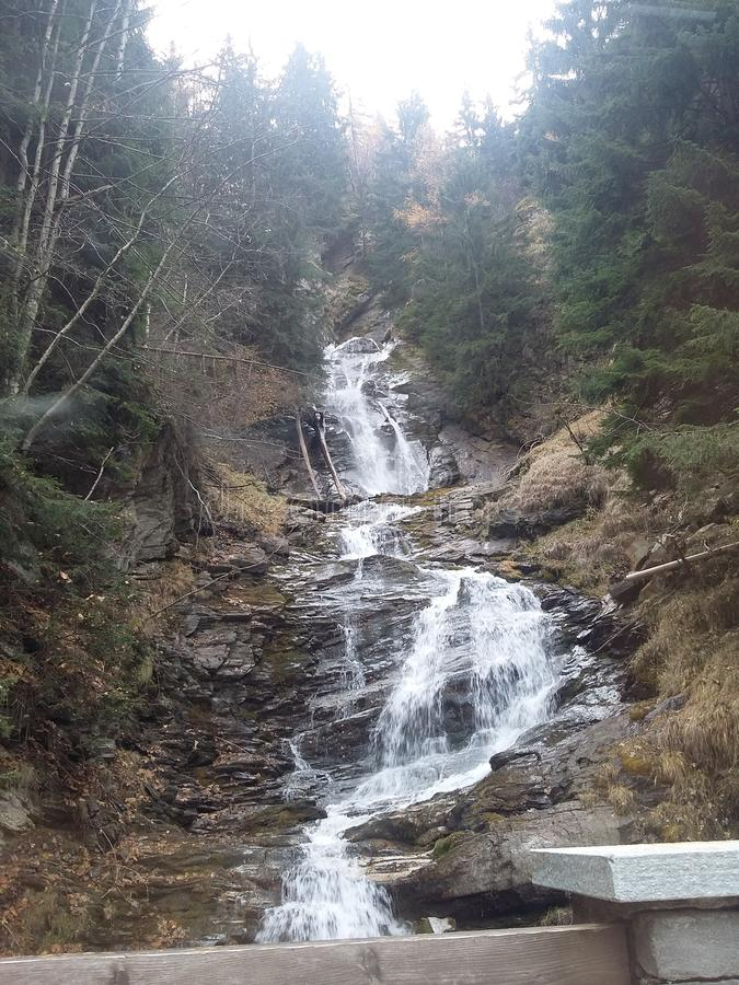 Schöne Kaskade im Berg stockbilder