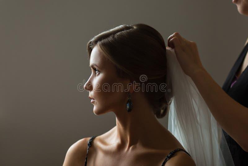Schöne kaukasische Braut, die zur Hochzeit fertig wird stockbilder