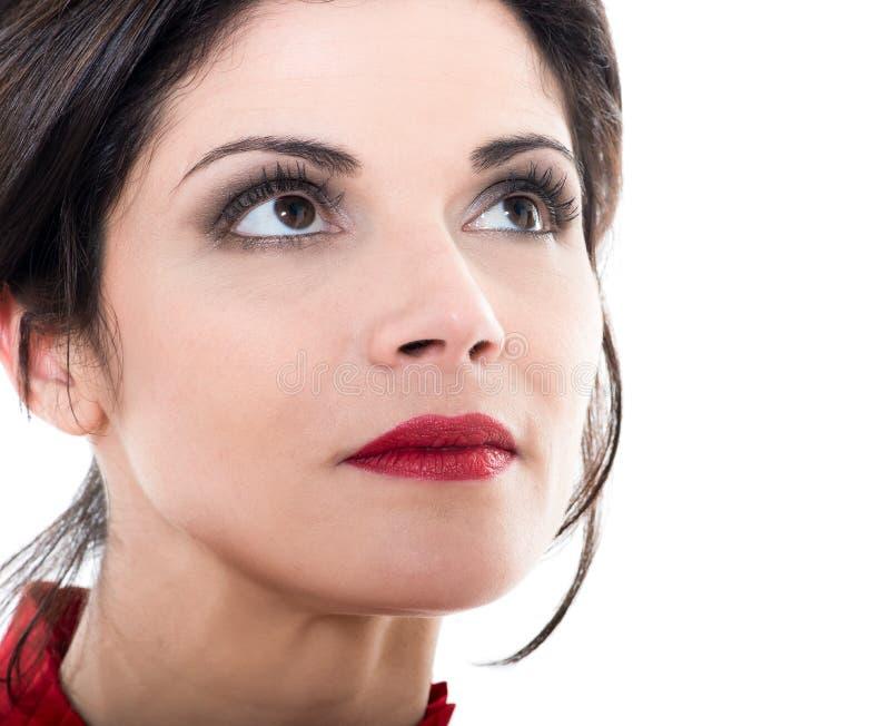 Schöne kaukasische Frau, die oben Porträt schaut stockfotos