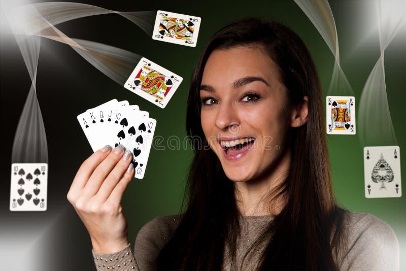 Schöne kaukasische Frau mit Poker kardiert das Spielen im Kasino stockfotos