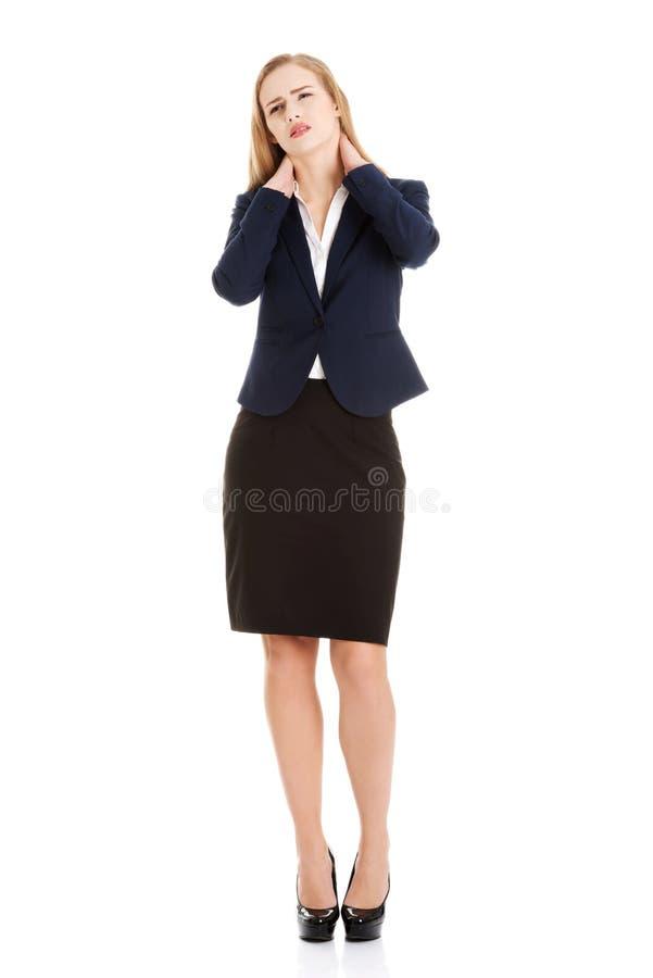 Schöne kaukasische Geschäftsfrau, die ihren Hals berührt. stockfotos