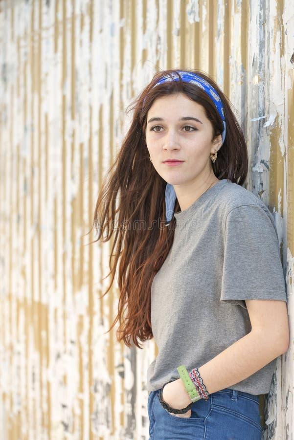 Schöne kaukasische junge Frau, die weg schaut lizenzfreie stockbilder