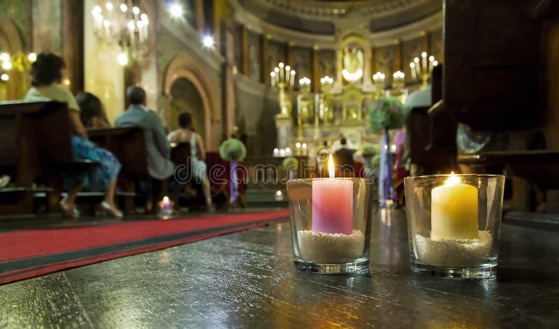 Schöne Kerzen Dekoration in einer Kirche heiratend stockfotos