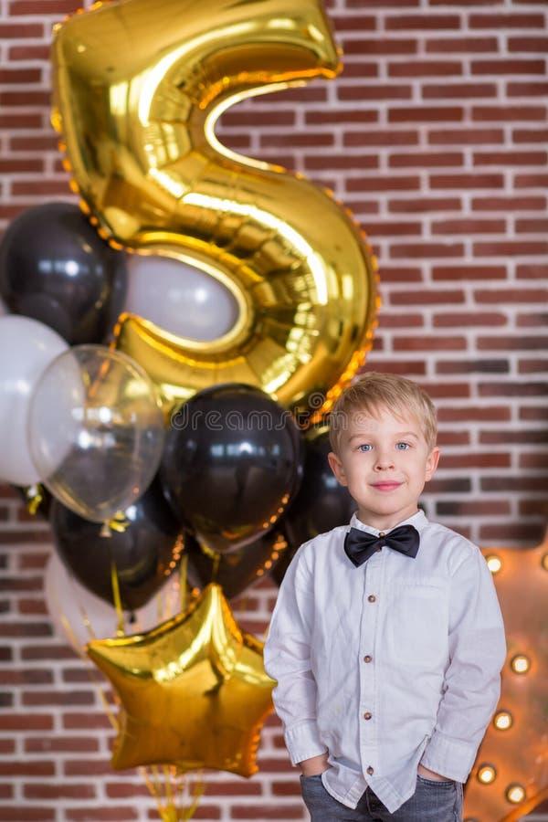 Schöne Kinder, kleine Jungen, die Geburtstag feiern und Kerzen auf dem selbst gemachten gebackenen Kuchen, Innen durchbrennen Geb lizenzfreie stockfotos