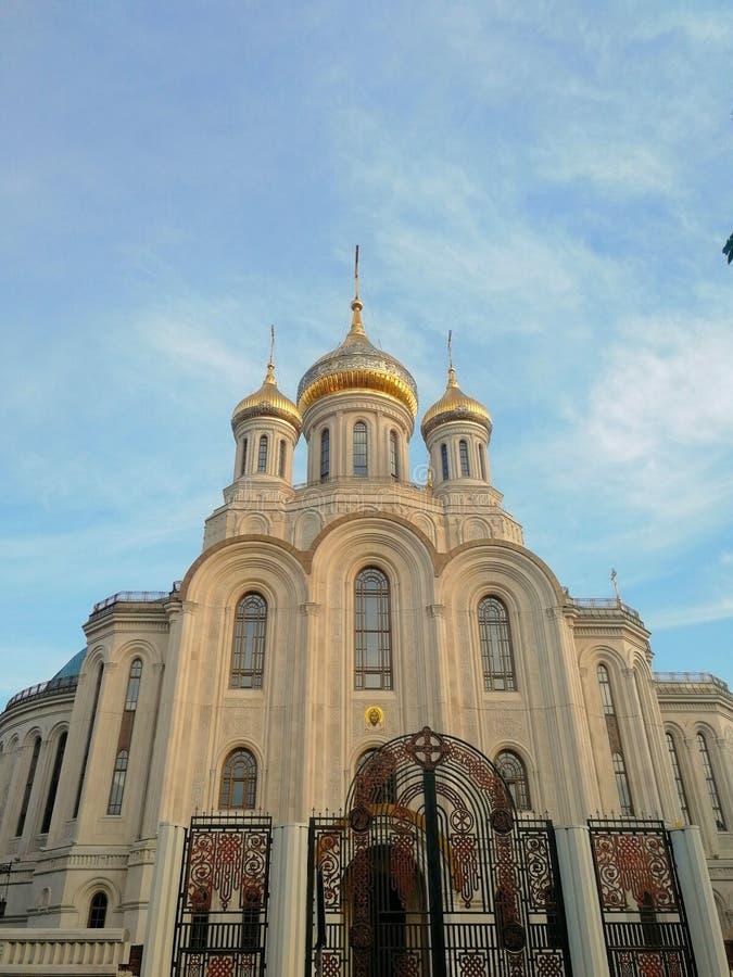 Schöne Kirche mit goldenen Hauben in Moskau lizenzfreies stockbild
