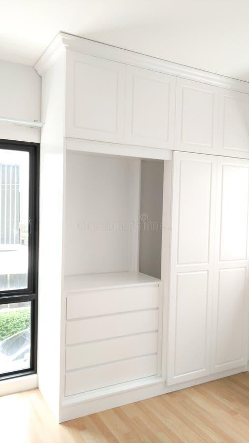 Schöne klassische weiße hölzerne Möbel lizenzfreie stockbilder