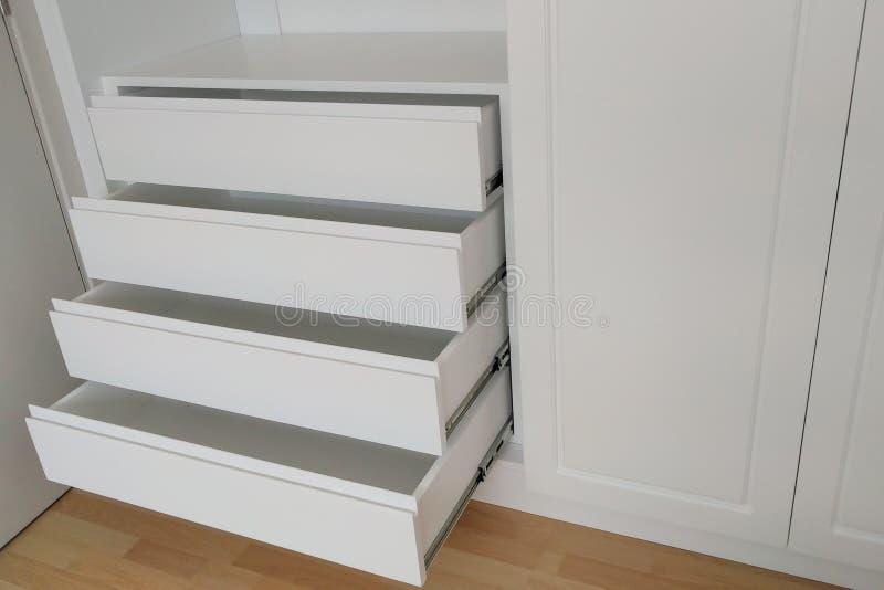 Schöne klassische weiße hölzerne Möbel stockbilder