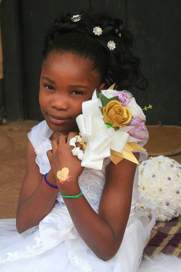 Schöne kleine Braut, die für eine Fotoaufnahme aufwirft stockfotografie