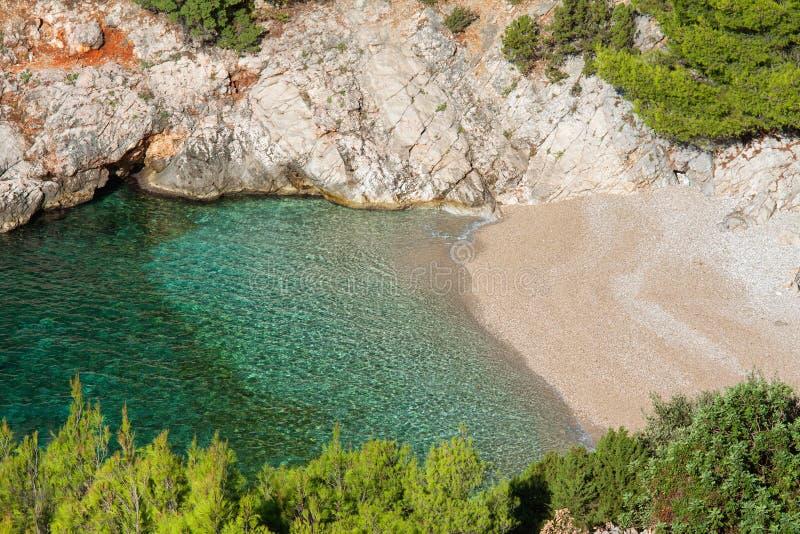 Schöne kleine Bucht mit freiem Wasser stockfotografie