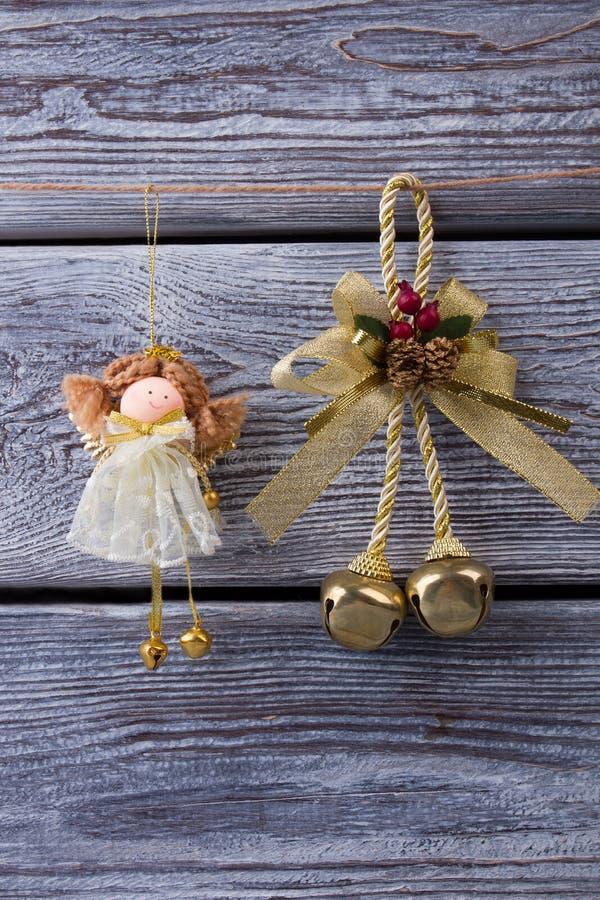 Schöne kleine Fee und Weihnachtsgoldene Glocke lizenzfreie stockfotos