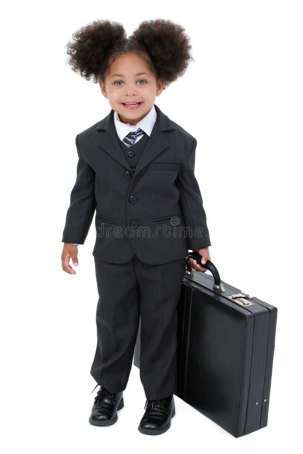 Schöne kleine Geschäftsfrau mit Aktenkoffer stockfoto