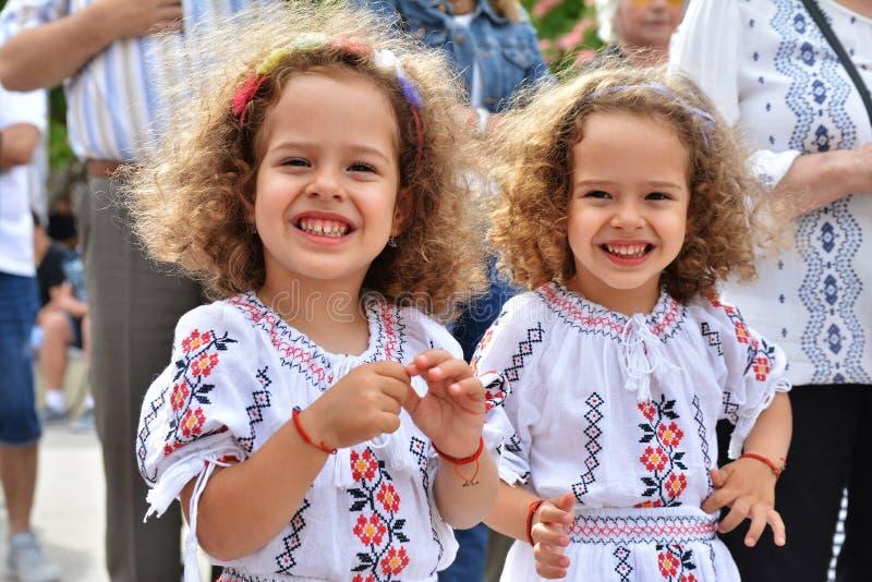 Schöne kleine Mädchen an ` ` Ziua Iei - internationaler Tag der rumänischen Bluse stockbild