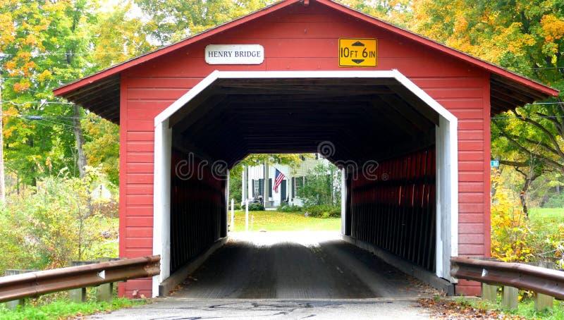 Schöne kleine rote überdachte Brücke in New Hampshire während der Herbstsaison stockfotos