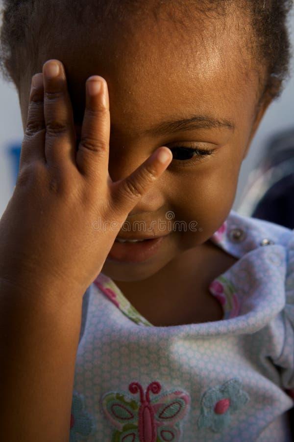 Schöne kleine Schätzchen Holdinghand zum Gesicht lizenzfreie stockfotografie