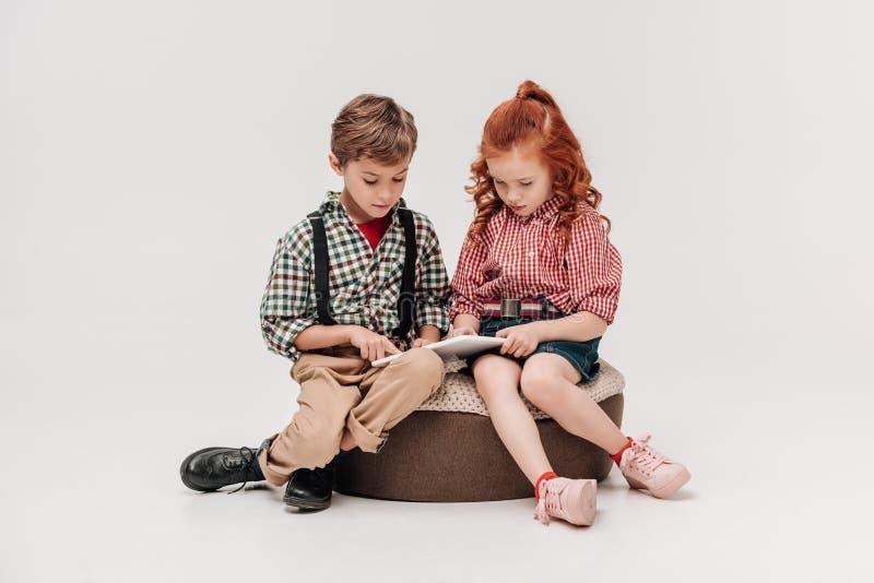 schöne Kleinkinder, die zusammen digitale Tablette verwenden lizenzfreies stockbild