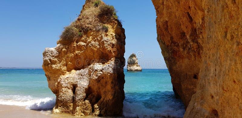 Schöne Klippen im Türkis Atlantik nahe Strand Praia Dona Ana, Lagos, Portugal stockfoto