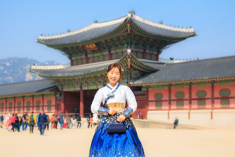Schöne koreanische Frau kleidete Hanbok in Gyeongbokgungs-Palast in Seoul stockfoto