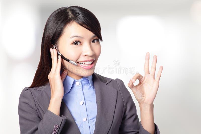 Schöne Kundendienst-Bedienerfrau mit Kopfhörer stockfotos