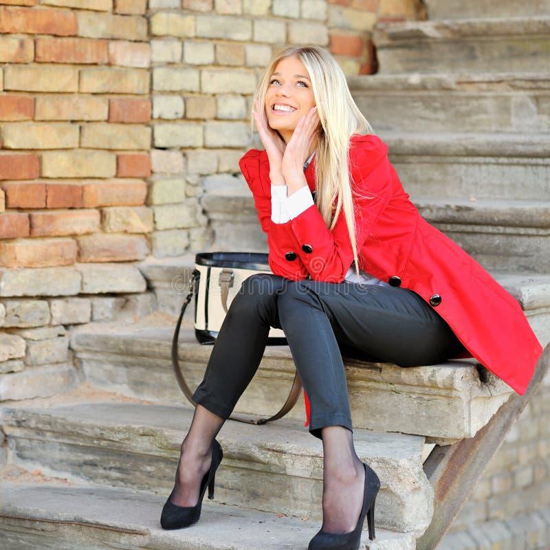 Schöne lächelnde überraschte junge Frau, die draußen träumt lizenzfreie stockbilder
